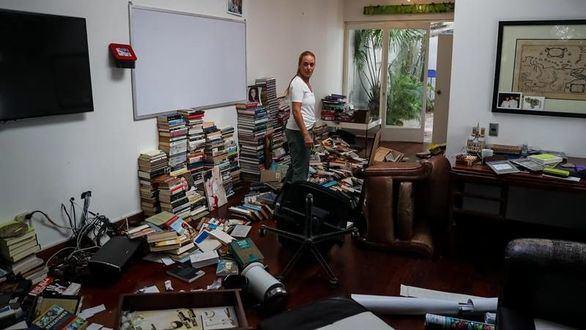 Lilian Tintori, esposa de Leopoldo López, recorre su casa este miércoles en Caracas, que fue allanada y robada.