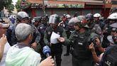 Fuerzas armadas queman un documento que les fue entregado por manifestantes en Venezuela.