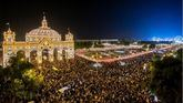 Tradicional alumbrado en El Real de la Feria de Sevilla.