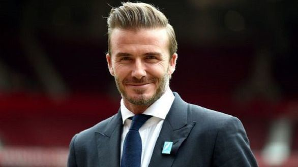 Beckham, seis meses sin carné por conducir mirando el móvil