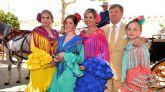 Los Reyes de Holanda, Máximo y Guillermo, junto a sus hijas Amalia (1i), Alexia (2i) y Ariane (1d), posan este viernes durante su visita a la Feria de Sevilla.