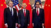 El viceprimer ministro chino, Liu He (centro), junto al secretario del Tesoro de EEUU, Steve Mnuchin (derecha).