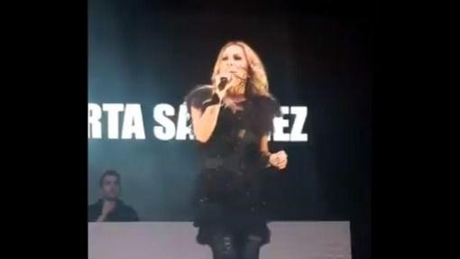 Separatistas lanzan tomates y huevos a Marta Sánchez en un concierto en Badalona