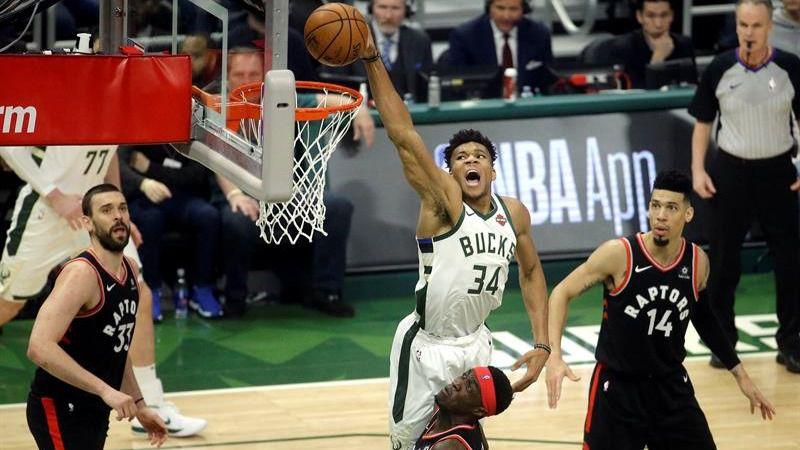 NBA Playoffs. Antetokounmpo y los Bucks acomplejan a los Raptors