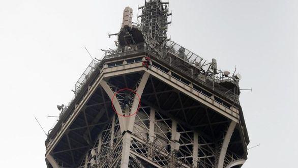 París enmudece al ver a este escalador encaramarse a lo más alto de la Torre Eiffel