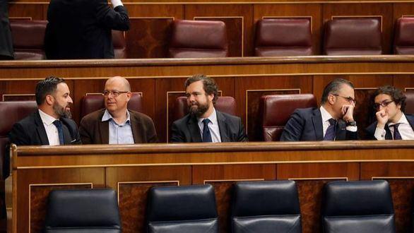 Vox llega al Congreso y Abascal se sienta en el escaño detrás de Sánchez