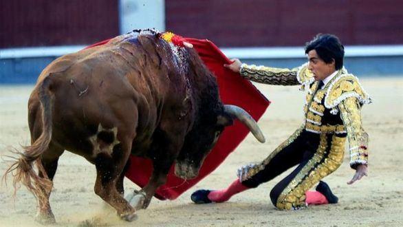 Sebastián Castella domina, con oficio, a la actitud defensiva de los