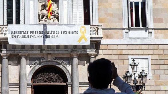 Torra vuelve a colgar la pancarta de los 'presos políticos' en la Generalidad.