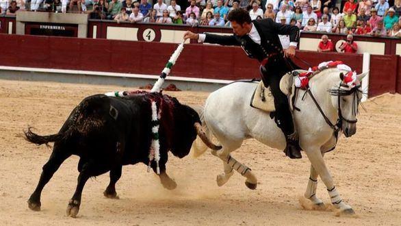 El rejoneador Leonardo Hernández vence al calor y sale a hombros en Las Ventas