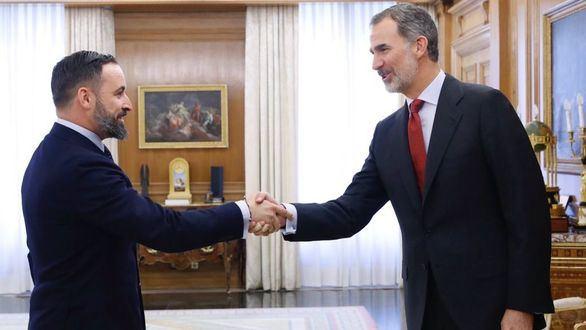 El presidente de Vox, Santiago Abascal, saluda al Rey Felipe VI.
