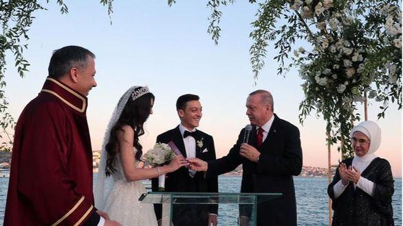 Özil se casa en Estambul con el presidente Erdogan como testigo