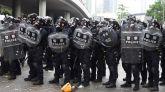 Policías se protegen con escudos ante manifestantes durante las protestas en contra de la polémica ley de extradición ante el Consejo Legislativo en Hong Kong.