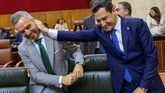 El presidente andaluz, Juanma Moreno, bromea con el consejero de Hacienda, Juan Bravo.