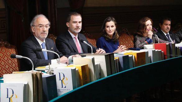 Los Reyes presiden el pleno de la RAE