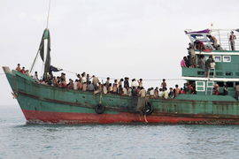 Refugiados de la minoría rohinyá a su llegada en un basco pesquero tras ser recatados en alta mar cerca de las costas de Julok (Indonesia). Efe