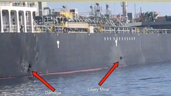 Imagen facilitada por el Comando Central de EEUU que muestra los daños en el buque japonés Kokuka Courageous ocasionados por minas lapa, según EEUU.