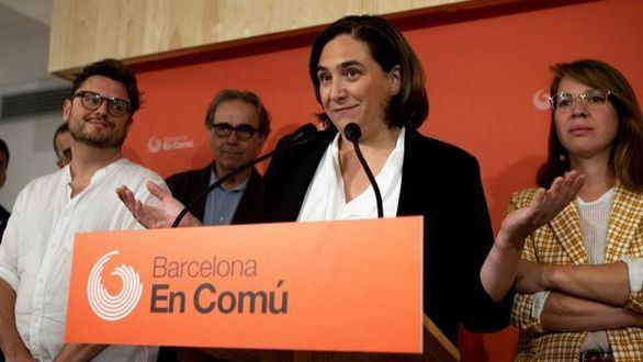 Colau gobernará en coalición con el PSC y con los votos de Valls