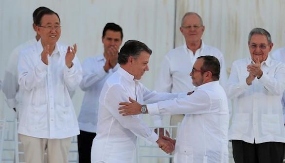 Santos y 'Timochenko' firman la paz y terminan 52 años de guerra en Colombia
