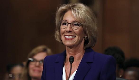 Trump consigue colocar a DeVos como secretaria de Educación