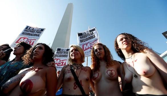 El 'tetazo' toma Buenos Aires en protesta contra la cosificación de la mujer