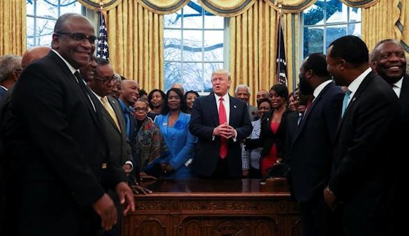 Trump hace un guiño a una ley que restringe el voto hispano y negro