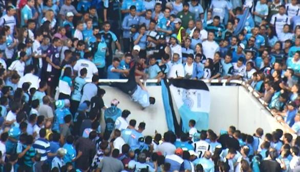 La gradas de un estadio de fútbol vuelven a sangrar en Argentina y Francia
