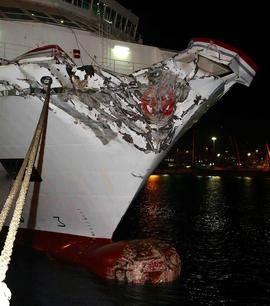 Aspecto del ferry que ha chocado en el muelle del puerto de Las Palmas