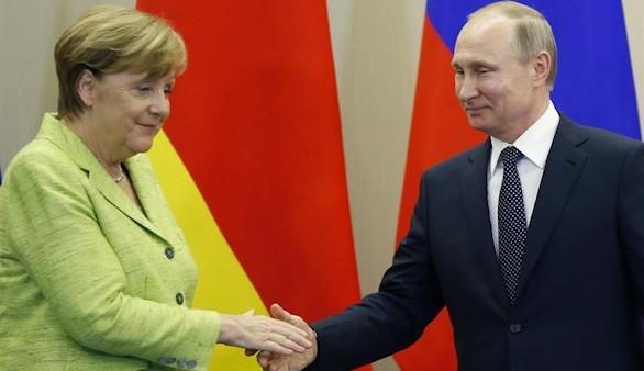 Merkel se acerca a Putin y pide que se levanten las sanciones si Rusia cumple