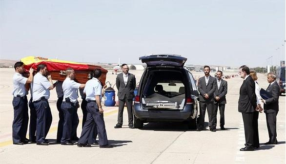 Rajoy recibe el cuerpo de Echeverría, que fue apuñalado por la espalda
