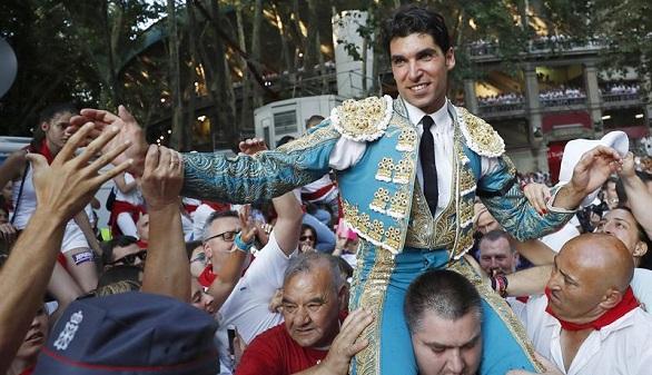 Feria de San Fermín. Cayetano Rivera sale a hombros y Roca Rey, herido