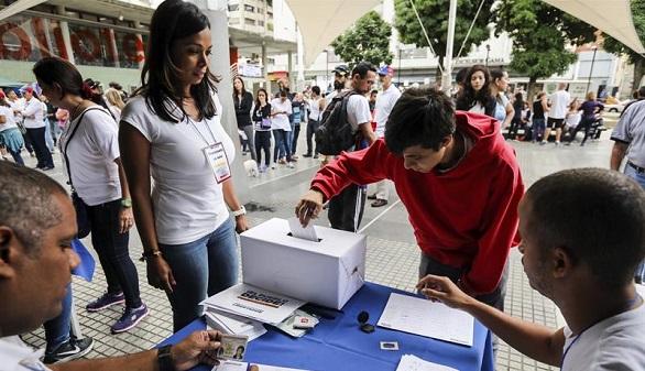 Los venezolanos votan en masa en el plebiscito contra Maduro
