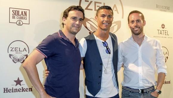 Cristiano Ronaldo (c) a su llegada al restaurante Zela de Ibiza.