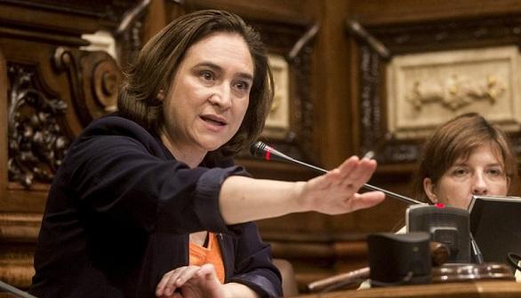 Colau pretende hacer que Sánchez presente una moción de censura contra Rajoy