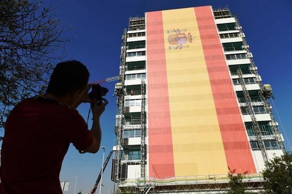 La bandera más grande de España viste la fachada de un edificio en Valdebebas
