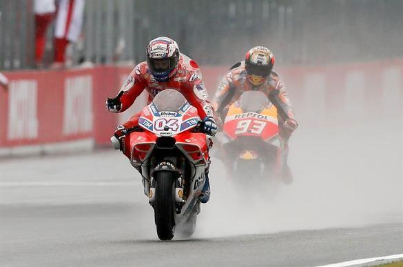 GP de Japón. Dovizioso vuelve a superar a Márquez en la última vuelta