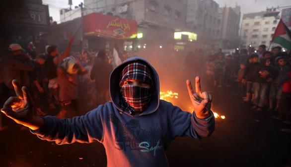 Varios refugiados palestinos participan en una protesta en el campo de refugiados de Jabaliya en la Franja de Gaza.