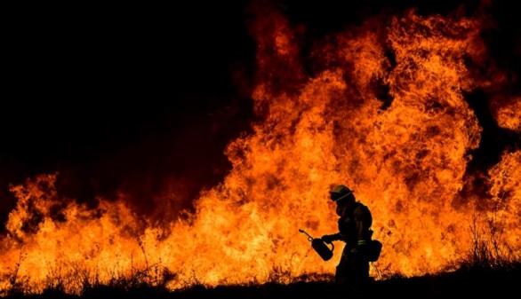 Más de 9.000 bomberos luchan contra el fuego que arrasa California