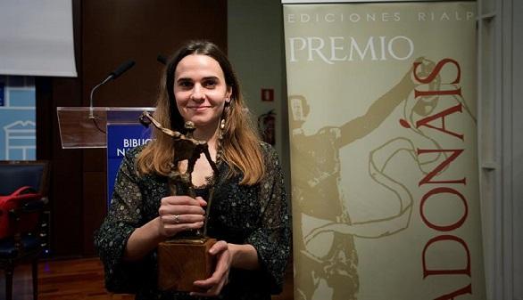 La madrileña Alba Flores gana el premio de poesía Adonáis