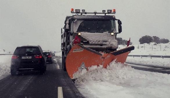 El temporal atrapa a miles de conductores durante 18 horas