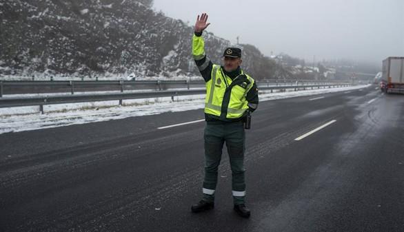 Tráfico estudia regular el equipo obligatorio en caso de nevadas