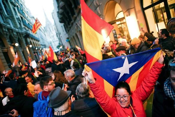 Los Mossos bloquean el Palau entre empujones de los independentistas