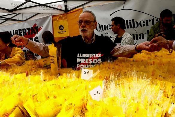 Rosas amarillas en un Sant Jordi marcado por el separatismo
