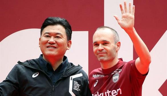 Michel Platini amenaza con volver e Iniesta es presentado en el Vissel Kobe