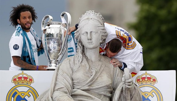 El Real Madrid pasea la 13ª por la Cibeles y cierra la fiesta en el Bernabéu