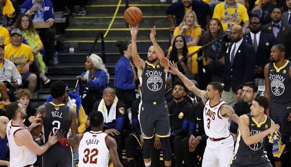 NBA. Curry se postuló como MVP y lanza a los Warriors al 2-0 ante un LeBron desgastado