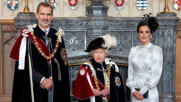 Isabel II impone la Jarretera a Felipe VI, la máxima distinción de la monarquía británica