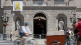"""El lazo amarillo que reivindica la libertad de los políticos independentistas presos vuelve a colgar de la fachada del Ayuntamiento de Barcelona como """"expresión de libertad""""."""