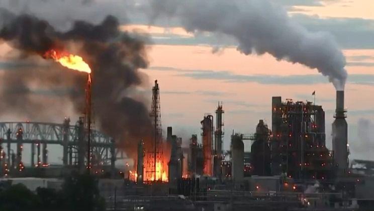 Gran incendio en una refinería en Filadelfia
