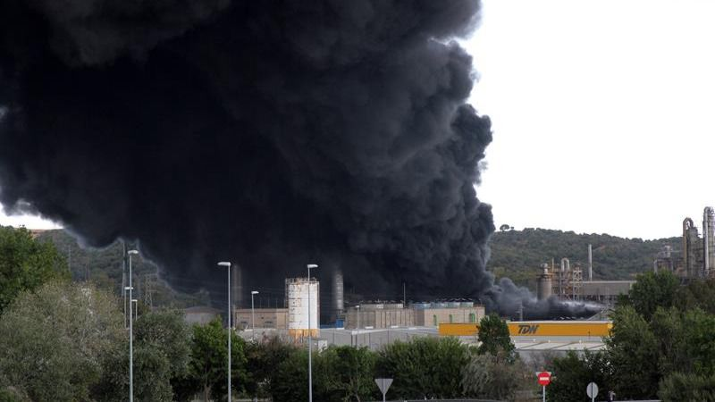 Desalojan un polígono de Cádiz por el incendio de una petroquímica