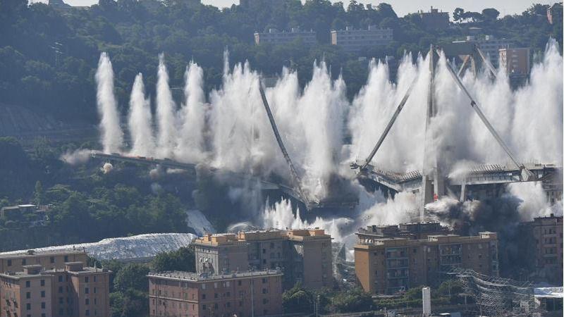 Así han sido demolidos los restos del puente Morandi de Génova